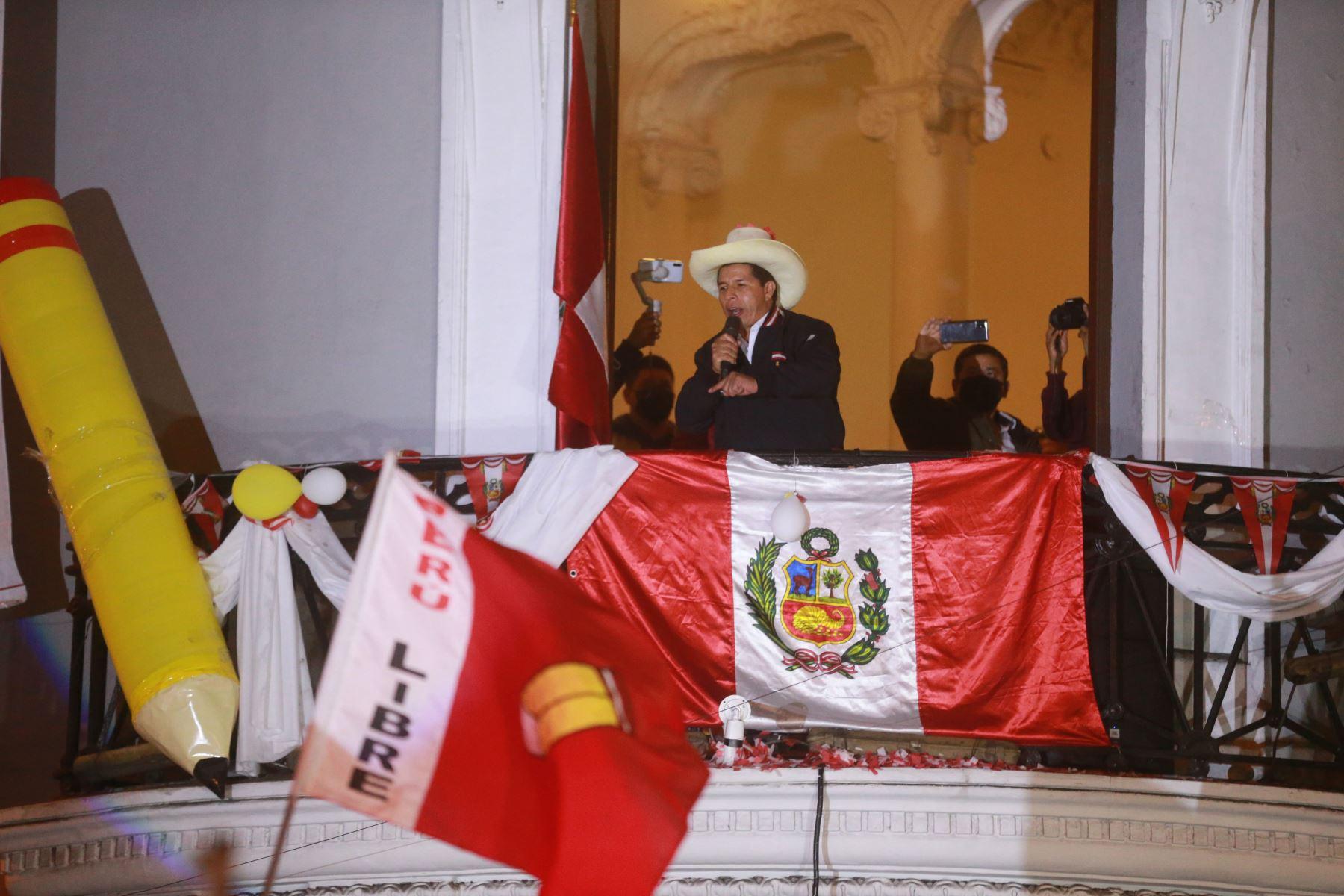 Pedro Castillo dio balconazo ante miles de simpatizantes - La Noticia